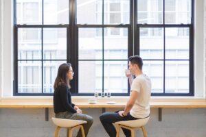 twee mensen voeren een jaargesprek_hoe borg je gedrag