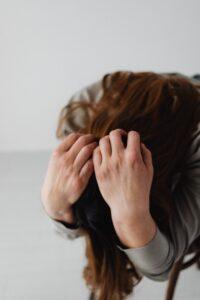 pijn met handen in het haar